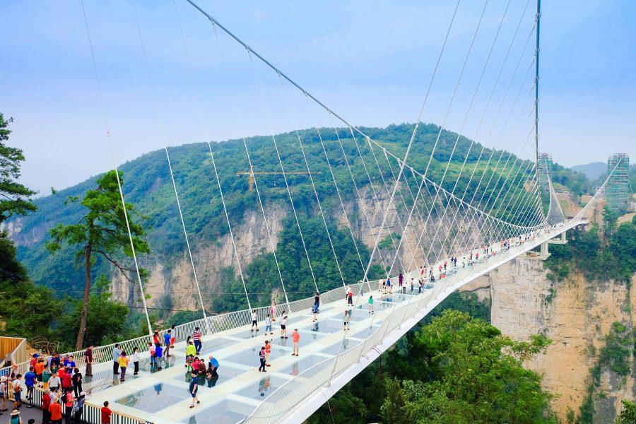 Chinezii inaugurează cel mai mare pod de sticlă din lume